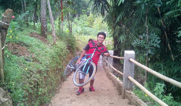Perjuangan naik punthuk setumbu dengan Sepeda Onthel