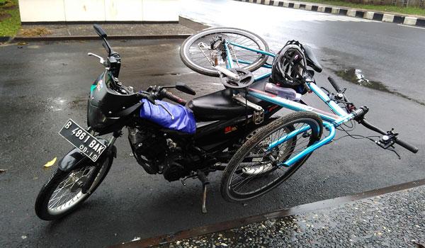 cara membawa sepeda di motor