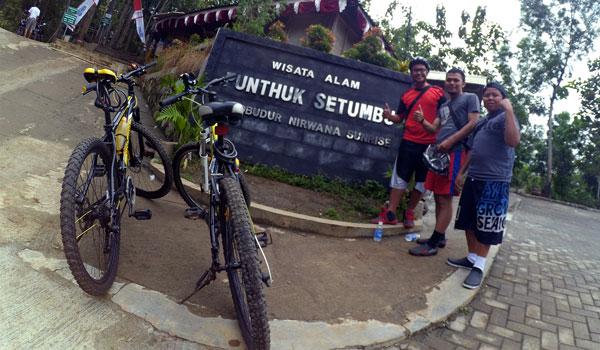 Foto didepan jalan masuk ke Punthuk Setumbu